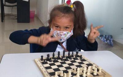 1° y 2° empiezan a jugar ajedrez